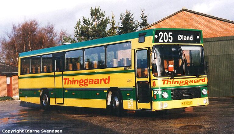 Thinggaard 209/KS93937 ved garagen i Øland i april 1995