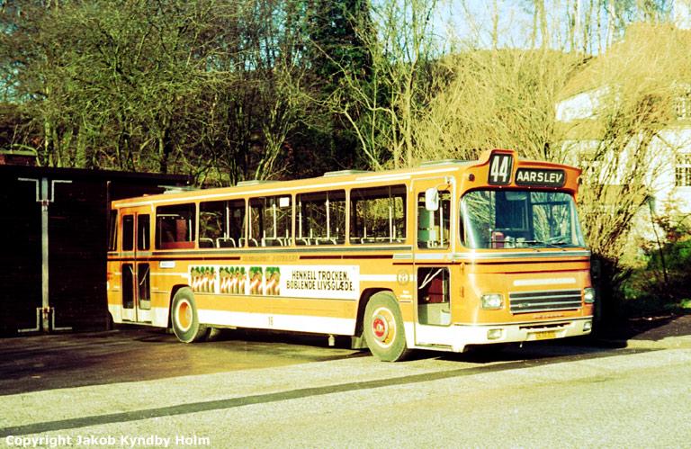 Strandgaards Rutebiler 16/CK94825 ved garagen i Brabrand den 1. februar 1975