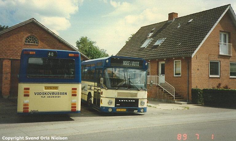 Vodskovbussen LH94593 og EZ89009 ved garagen i Vodskov den 1. juli 1989