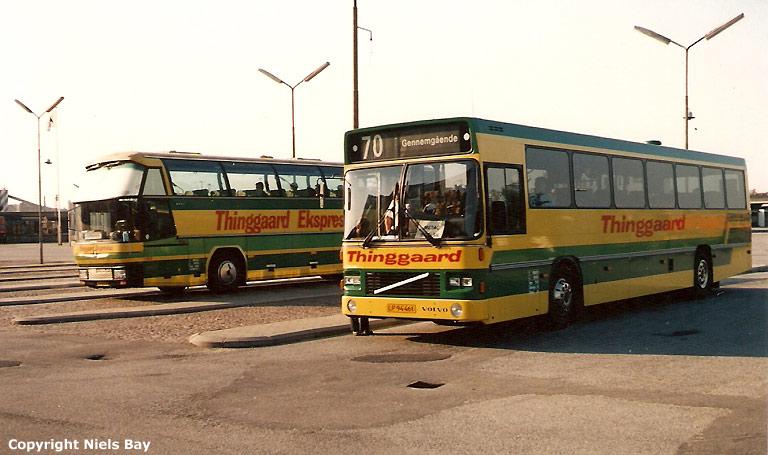 Thinggaard 199/JV94733 og 217/LP94461 på Aalborg rutebilstation den 25. maj 1989