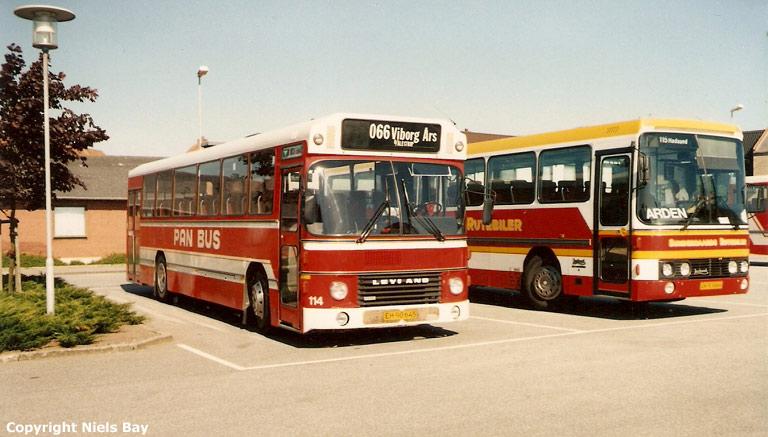 Pan Bus 114/EH90645 og Søndergaards Rutebiler 66/JK93666 på Aars rtb. den 24. maj 1989