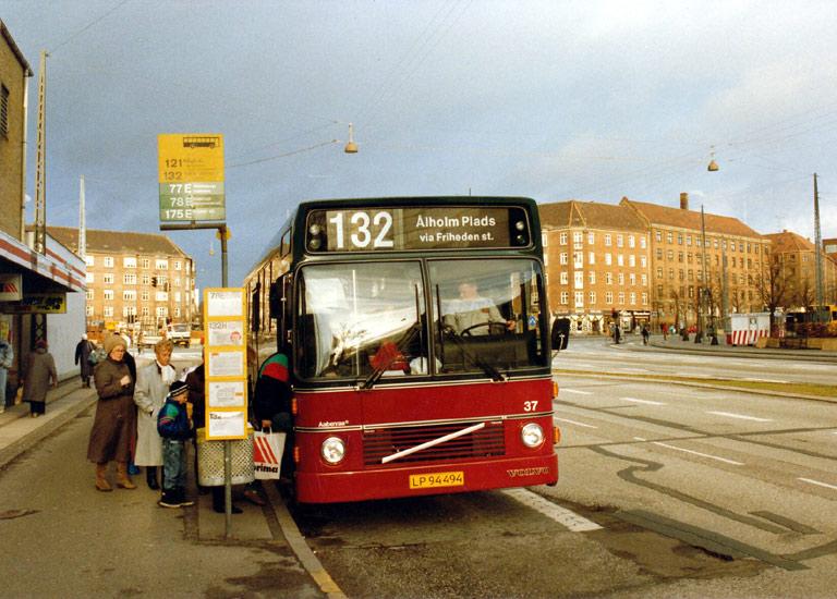 Hvidovre Rutebiler 37/LP94494 på Gl. Køge Landevej ved Toftegårds Pl. i Valby i 1988