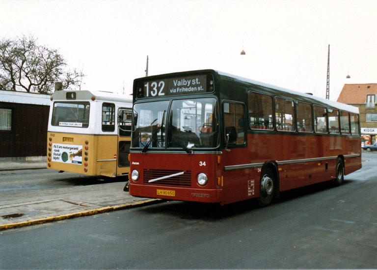 Hvidovre Rutebiler 34/LH90650 på Ålholm Pl. i Valby i januar 1988