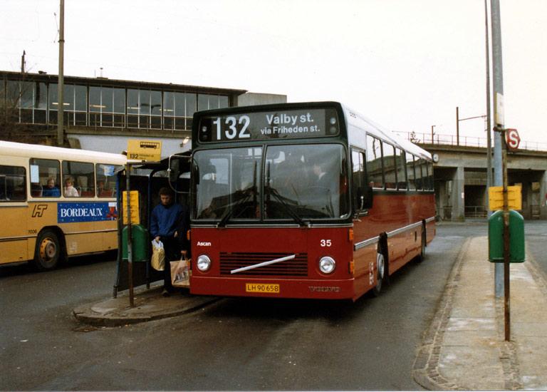 Hvidovre Rutebiler 35/LH90658 ved Hvidovre st. i januar 1988