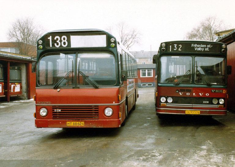 Hvidovre Rutebiler 08/HT88624 og 01/HK93576 i garagen på Blushøjvej i Valby i februar 1987