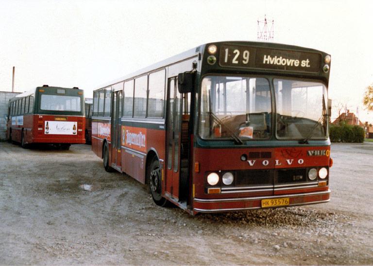 Hvidovre Rutebiler 01/HK93576 i garagen på Blushøjvej i Valby i juni 1987
