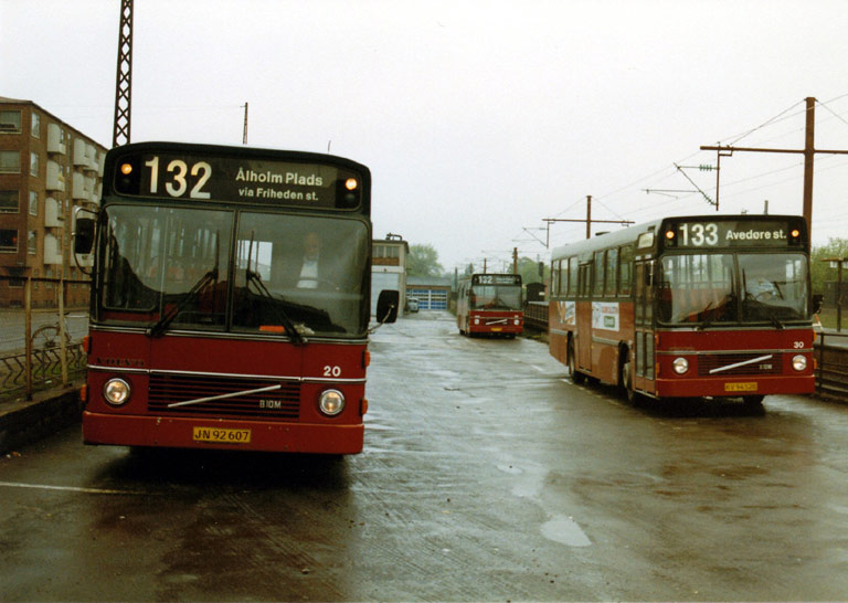 Hvidovre Rutebiler 20/JN92607 og 30/KV94528 ved Valby st. i maj 1987