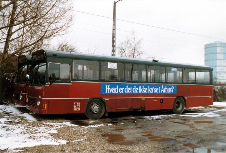 Hvidovre Rutebiler 85 holder udrangeret i garagen i Valby februar 1988