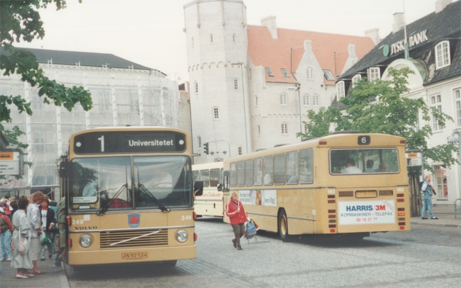 Aalborg Omnibus Selskab 249/JN92524 og 182/DZ88259 på Nytorv i Aalborg den 1. juni 1988