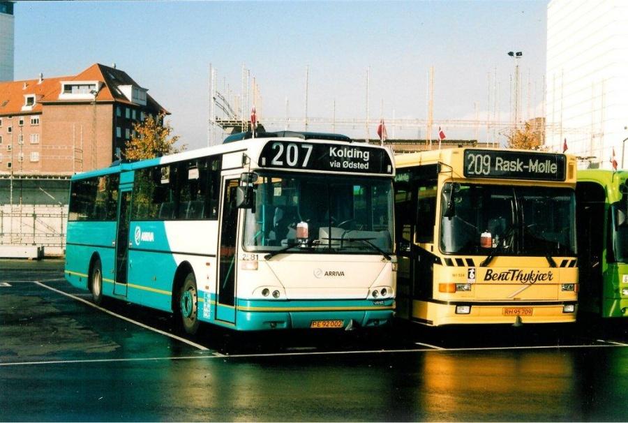 Arriva 2581/PE92002 og Bent Thykjær 134/RH95709 på Vejle Trafikcenter den 2. oktober 2003