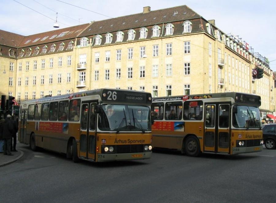 Århus Sporveje 274/MC91825 og 248/LP90781 på Banegårdspladsen i Århus den 2. marts 2004