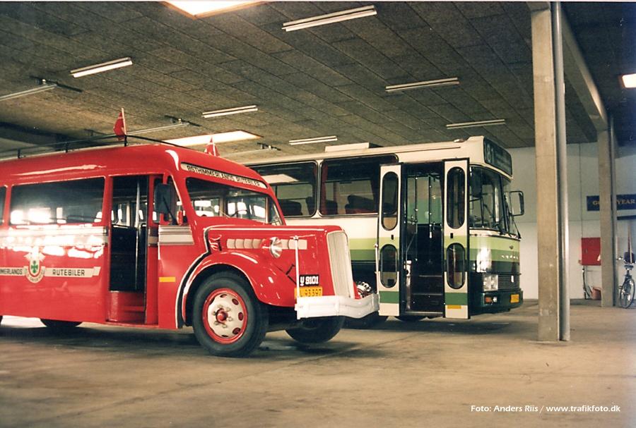 Østhimmerlands Rutebiler LV93397 og Thygesen Busser 104/KT95340 i garagen i Als i juni 1995