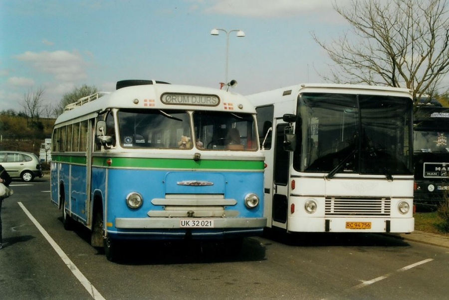 Granly Bussamling UK32021 og Busforsyningen RC94756 ved Hylkedal rasteplads på E45 den 11. maj 2004