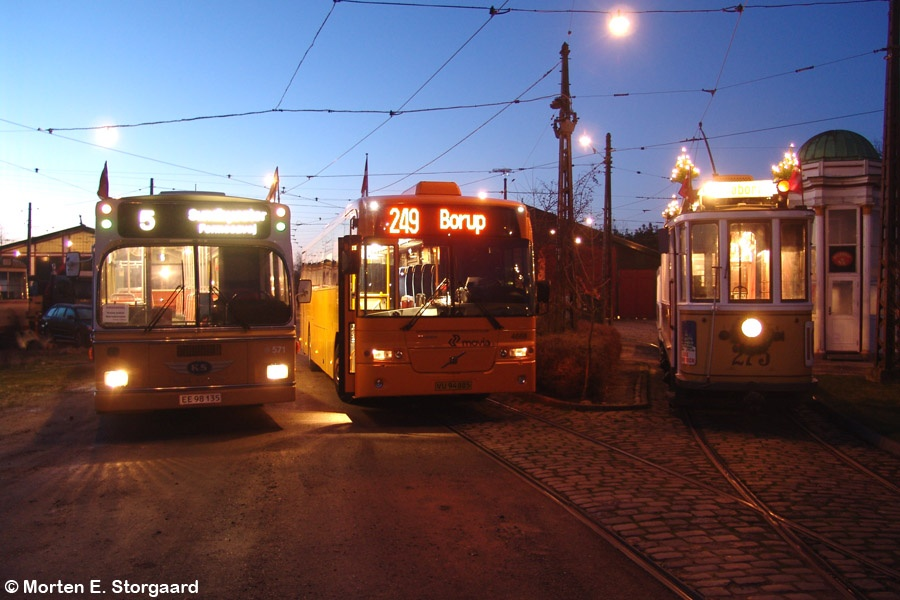 KS 571/EE98135 og Ditobus 4668/VU94885, på Sporvejsmuseet Skjoldenæsholm forinden sidste tur på linje 249 den 12. december 2009