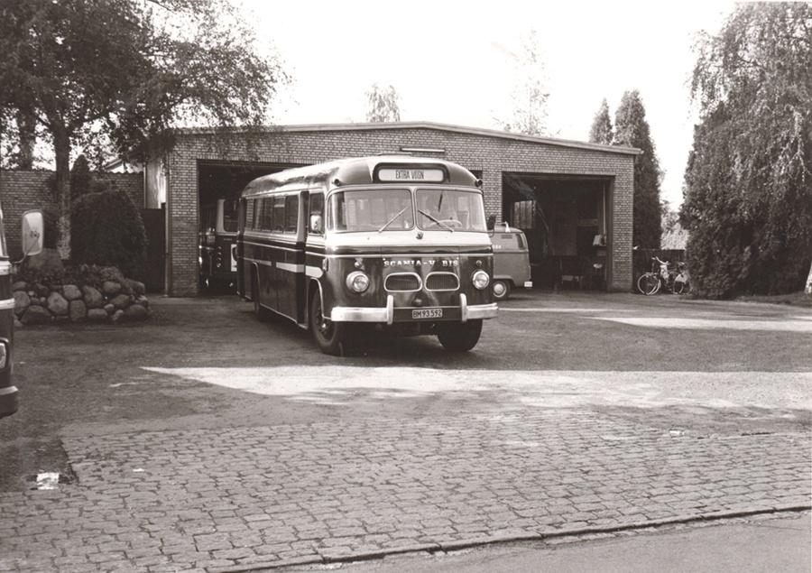 Hjortekær Trafik BM93592 ved garagen i Hjortekær den 1. oktober 1974