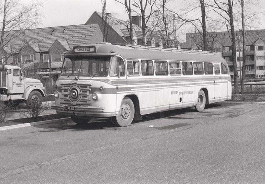 Edvins Turistbusser BJ98310 i Køge den 31. marts 1975