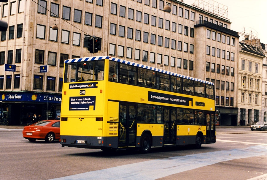 Bus Danmark B-V3042 (demovogn) ved Rådhuspladsen i København i april 1998