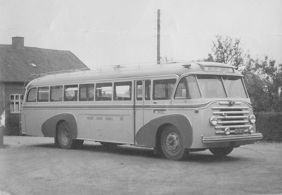 Mejlby Rute- og Turistbusser V12105 ved garagen i Mejlby