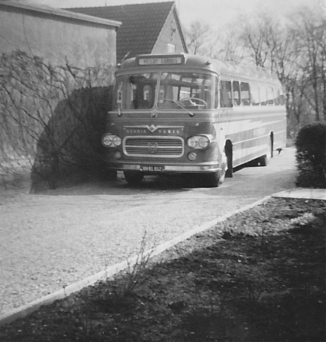 Mejlby Rute- og Turistbusser XH81012 ved garagen i Mejlby
