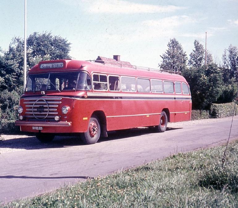 Sechers Rutebiler XH81020 på Kaløvej i Mejlby i 1971