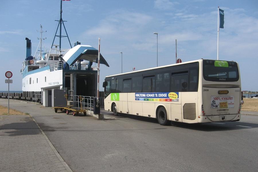 Arriva 2906/UM93571 i Tårs Færgehavn den 31. juli 2010