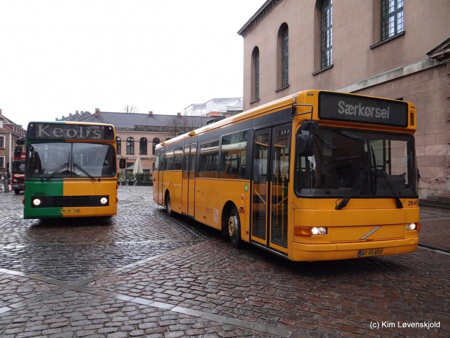 Keolis 2055/MV91348 og Keolis 2649/AF95850 på Frue Plads i København den 1. april 2015