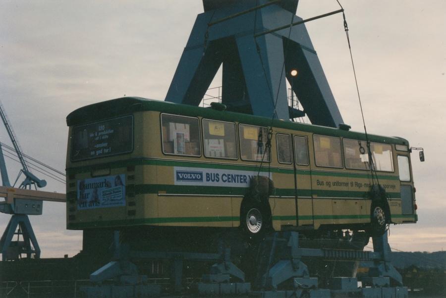 Ex Brande Buslinier 26 løftes ombord på færge til Litauen i Århus Havn den 13. januar 1995