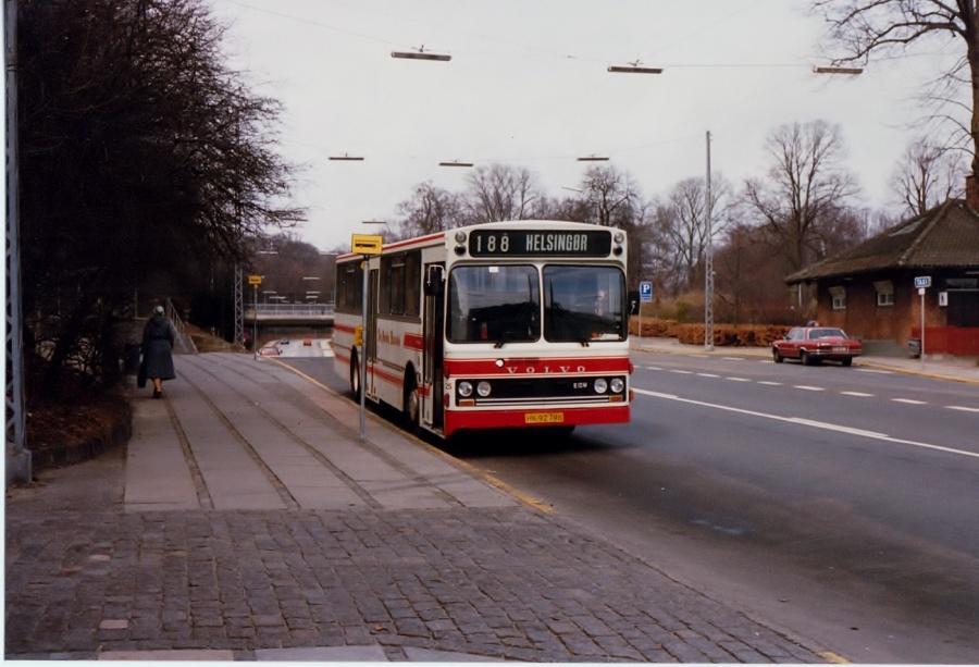 De Hvide Busser 25/HK92798 ved Klampenborg St. i april 1987