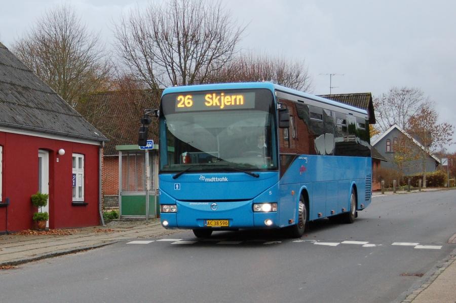 Silkebus 5/AC38596 på Langgade i Sørvad den 9. november 2015