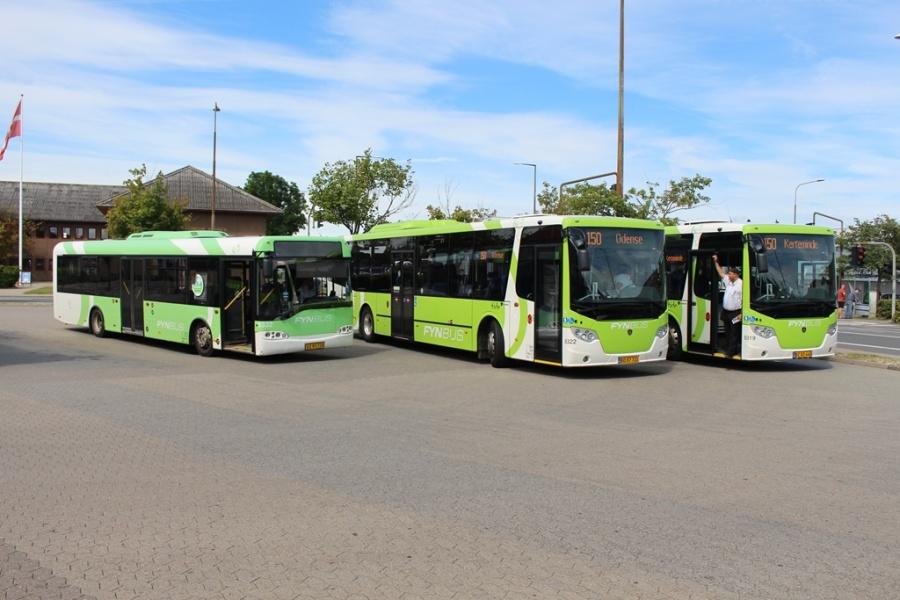 Bergholdt 5332/XE95728, Tide Bus 8322/BD87721 og 8319/BC82448 i Kerteminde den 24. juli 2017