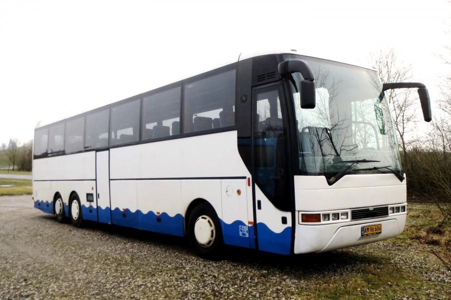 Døstrup Turistfart AM96604 ved garagen i Døstrup den 20. februar 2018