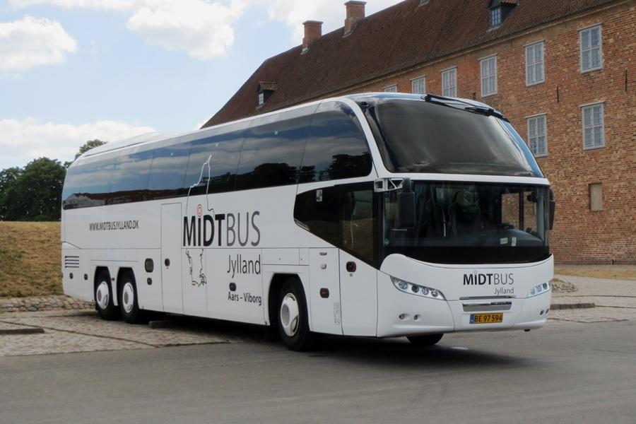 Midtbus Jylland 112/BE97594 ved Sønderborg Slot den 19. juli 2018