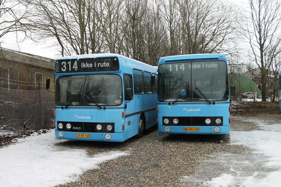 De Grønne Busser 8/LP89163 og 9/NJ89119 på Samsøvej i Hinnerup den 18. januar 2014