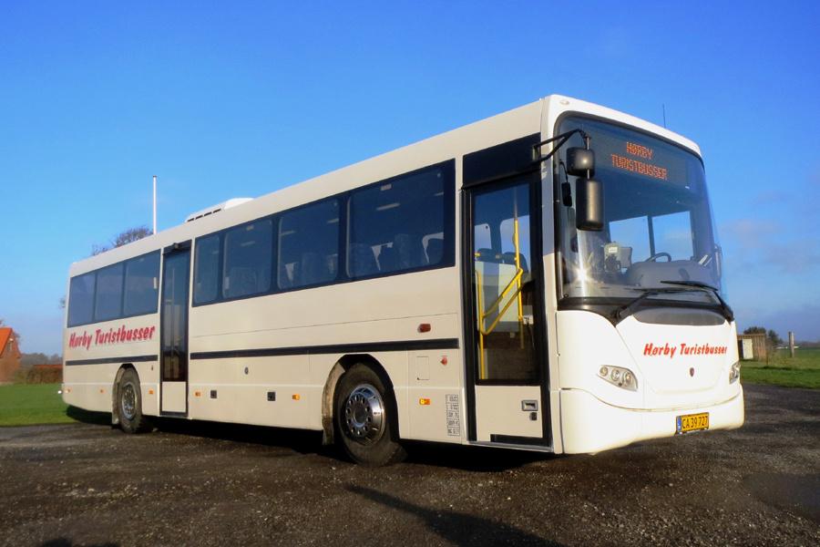 Hørby Rute- og Turistbusser 08-1/CA39727 ved garagen i Hørby den 16. november 2018