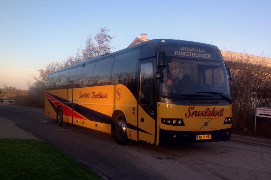 Snedsted Turistbusser 3/AW71011 ved garagen i Snedsted i 2016