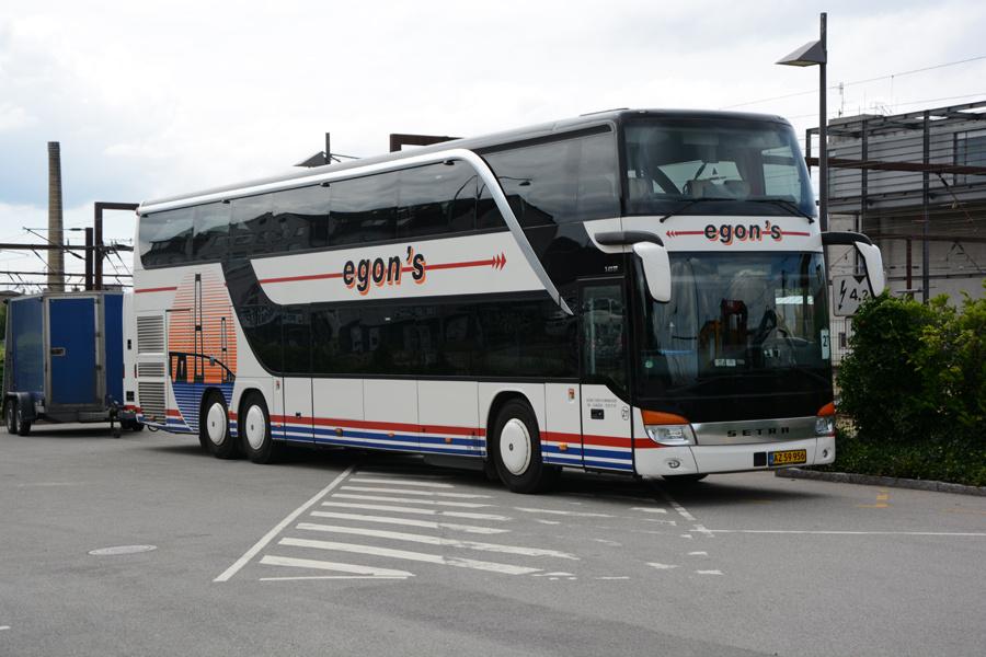 Egons Turist- og Minibusser 211/AZ59956 ved Roskilde Station den 26. juli 2017