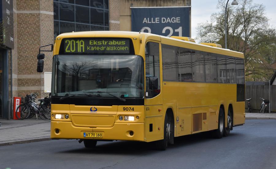 Lokalbus 9074/AT70160 på Roskilde St. den 24. april 2019