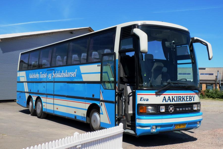 Aakirkeby Turist- og Selskabskørsel DG89755 ved garagen i Aakirkeby den 19. juli 2014