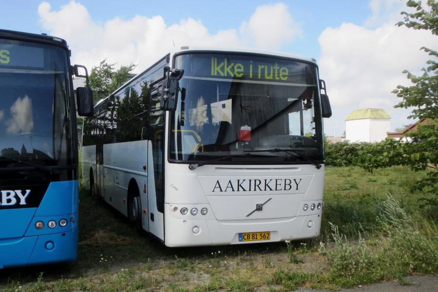 Aakirkeby Turist- og Selskabskørsel CB81562 ved garagen i Aakirkeby den 21. juli 2019