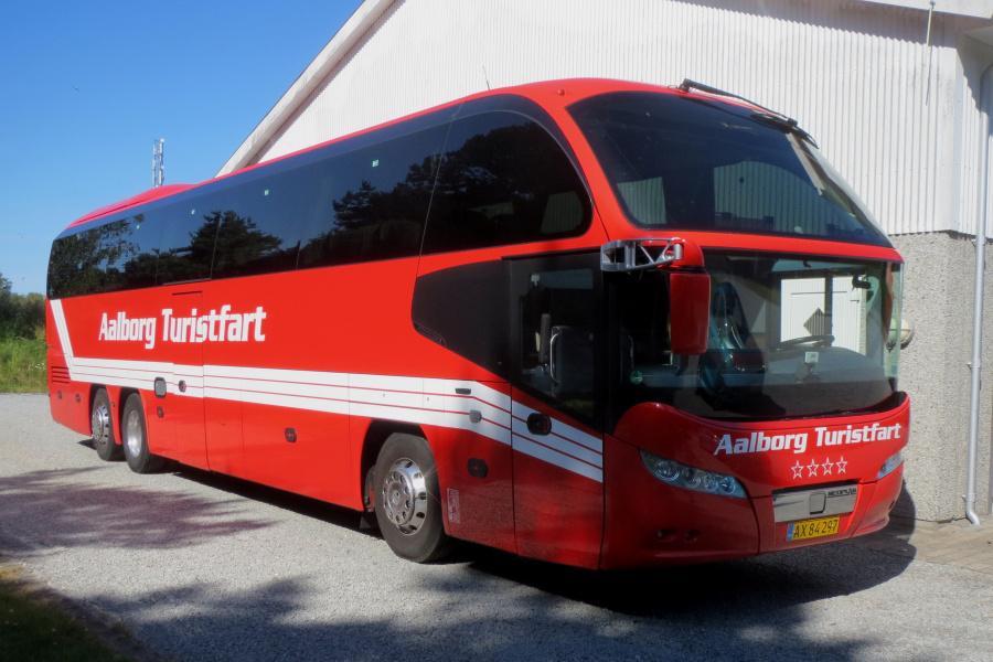 Aalborg Turistfart AX84297 ved garagen i Hou den 10. juli 2019
