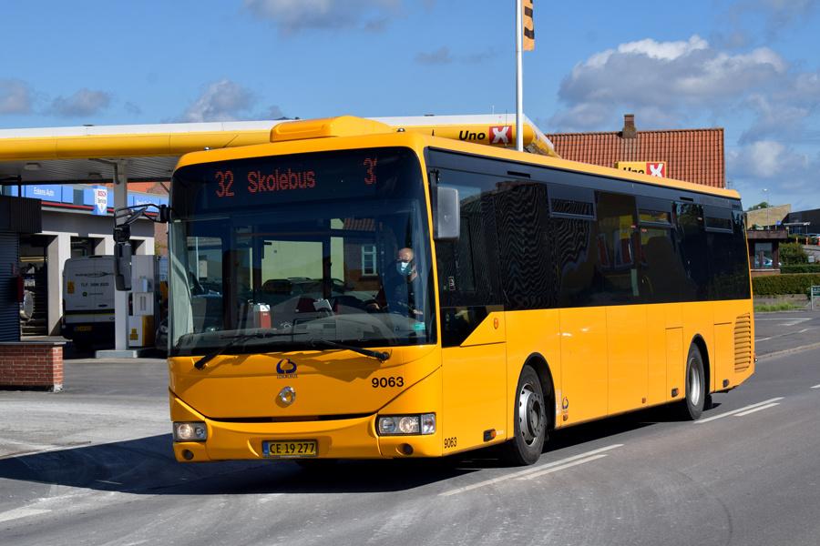 Lokalbus 9063/CE19277 på Sct. Klemensgade i Klemensker den 3. september 2020
