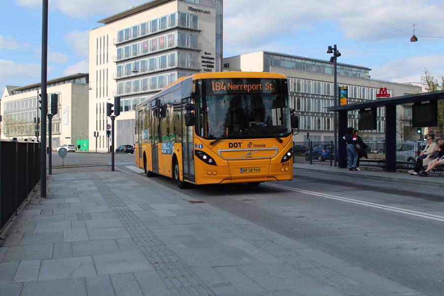 De Blaa Omnibusser 4113/AP58944 på Lyngbyvej ved Vibenshus Runddel Station i København den 8. maj 2020