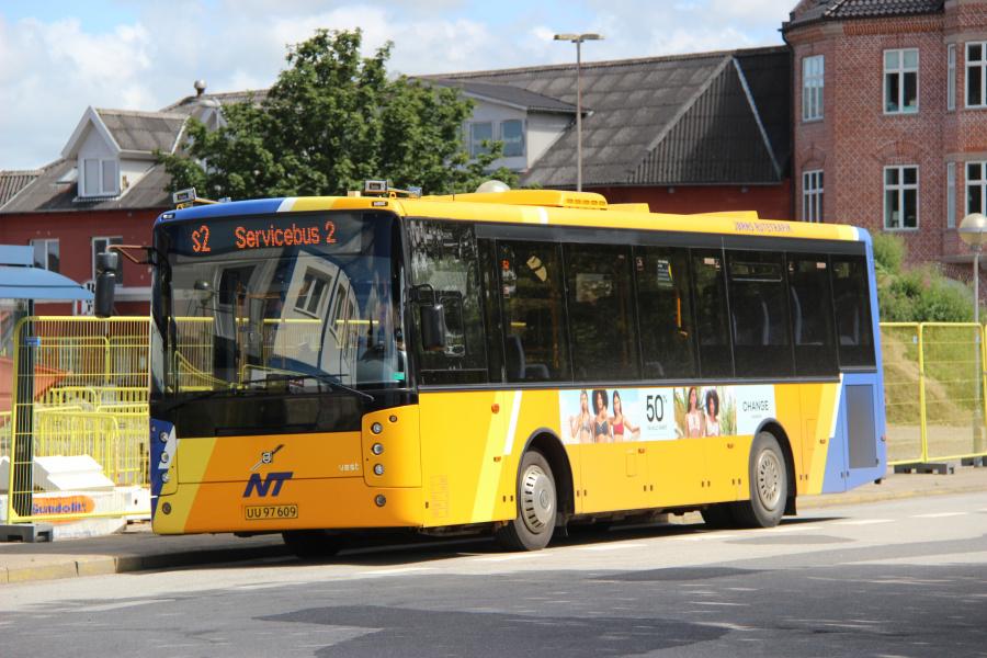 Jørns Rutetrafik 6411/UU97609 ved Brønderslev Station den 8. juli 2020