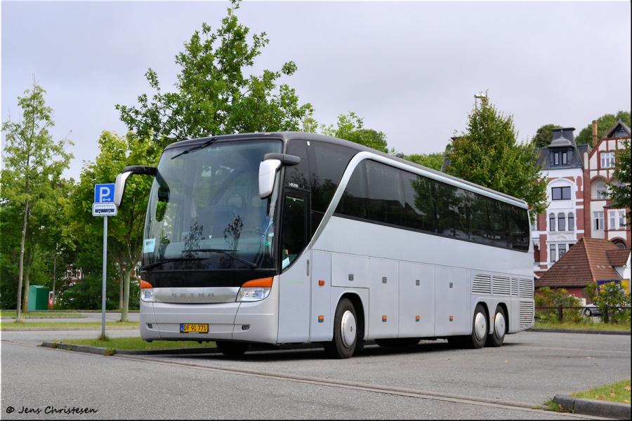 Taxi 7-9-13 og Bus DF91771 ved Ballastbrücke i Flensburg i Tyskland den 3. september 2013